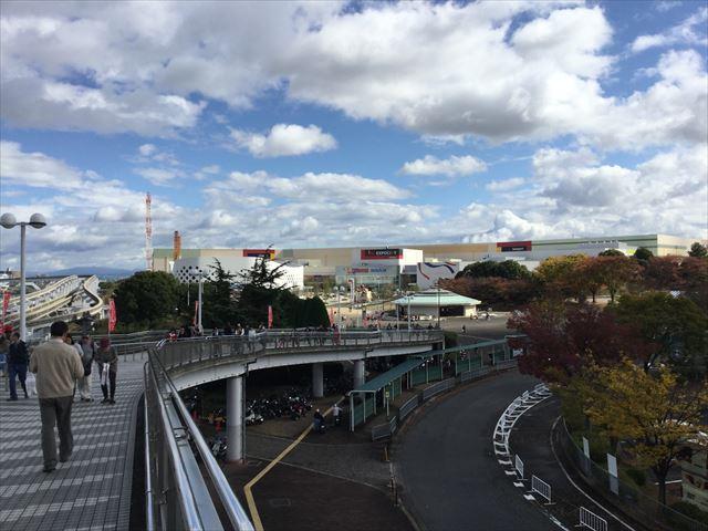 万博記念公園駅前のスロープ