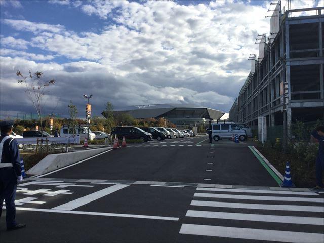 ららぽーとエキスポシティの路地から見えるガンバ大阪新スタジアム(市立吹田スタジアム)