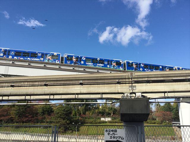ガンバ大阪カラーの大阪モノレール