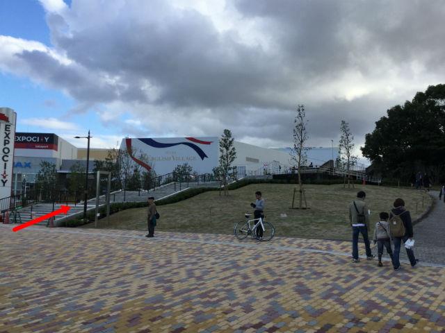 万博記念公園駅からガンバ大阪新スタジアム(市立吹田スタジアム)に行く。ららぽーとエキスポシティの右手の階段を歩く